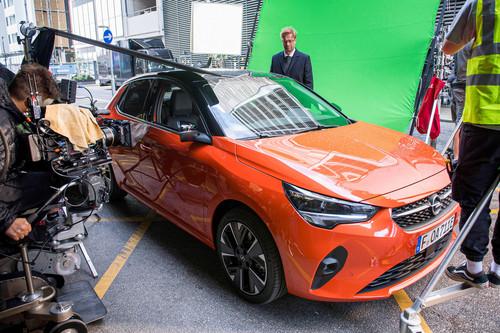 Jürgen Klopp bei Dreharbeiten für den TV-Spot zum Opel Corsa-e.  Foto: Auto-Medienportal.Net/Opel
